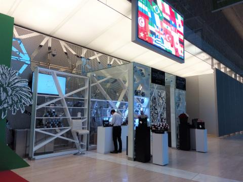 FULL GLASS KIOSK. DOHA CONVENTION CENTER (QATAR)